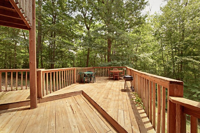 Cabin with Extended Deck and PIcnic Table - Amazing Majestic Oaks