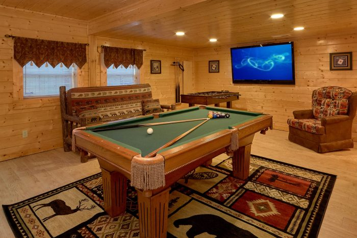 Pool Table and Game Room in Premium Cabin - April's Diamond