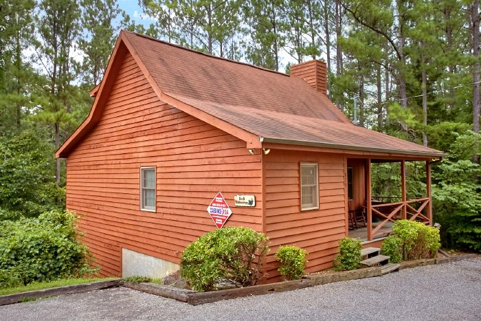 Rsutic Cabin with Hot Tub and 2 Bedrooms - B & D Hideaway