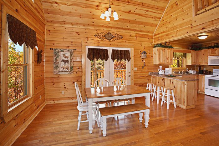 Cabin with Dining Room Table - Bear Play