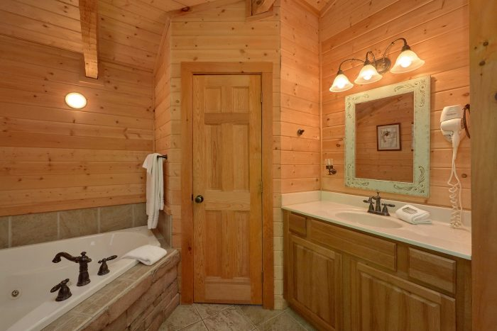 Cabin with a loft bedroom - Kicked Back Creekside