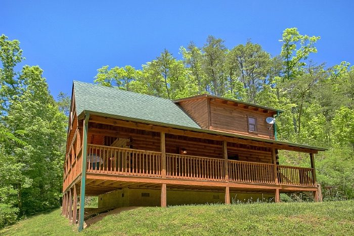 Honeymoon Cabin Nestled in a Wooded Setting - Knotty and Nice