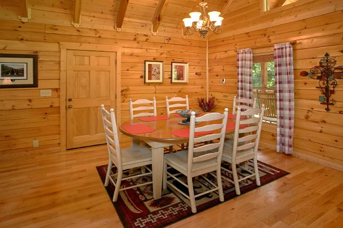 Luxury Cabin with Kitchen and Dining Table - Lucky Logs Lodge