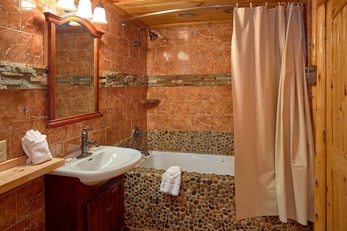 6 Bedroom Cabin Sleeps 20 Main Floor Master - River Adventure Lodge