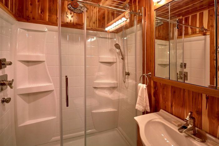 Luxurious 6 Bedroom Cabin with Private Bathrooms - River Mist Lodge