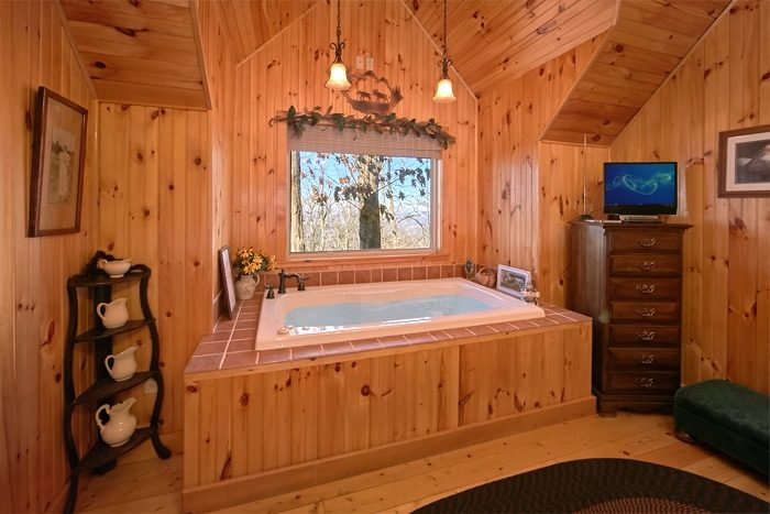 Honeymoon Cabin with Oversize jacuzzi Tub - Sky High Hobby Cabin