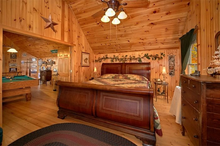 One bedroom cabin with King bed and Game Room - Sky High Hobby Cabin