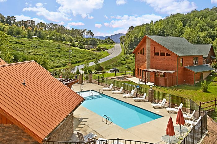 Cabin with Outdoor Swimming Pool Access - Snuggled Inn